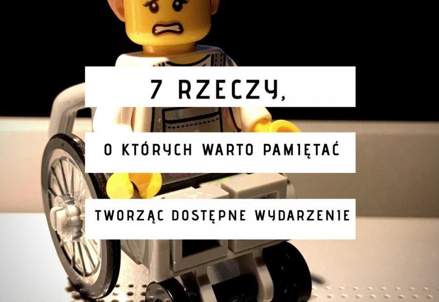 """Na drugim planie ludzik Lego z przerażoną miną, na wózku, a na pierwszym napis na trzech białych paskach """"7 rzeczy, o których warto pamiętać tworząc dostępne wydarzenia"""""""