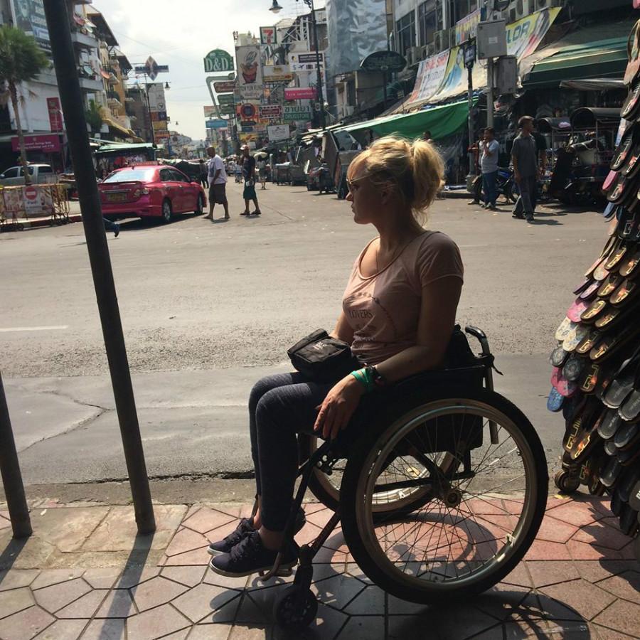 Angelika Chrapkiecz-Gądek na Kaosan w Bankoku za nią widać ulice pełną ludzi i samochody.