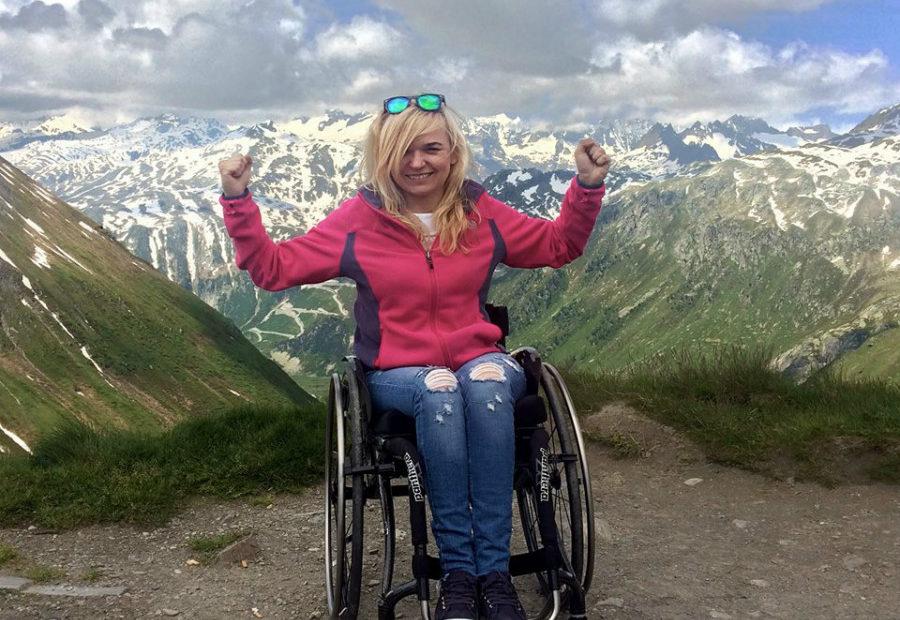 Angelika Chrapkiecz-Gądek w Alpach na tle gór, podnosi ręce w geście zwycięstwa.