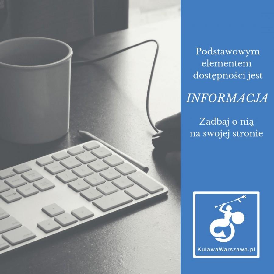 """Czarno-białe zdjęcie przedstawiające klawiaturę i myszkę od komputera oraz kubek. Obok zdjęcia na niebieskim tle napis """"podstawowym elementem dostępności jest informacja. Zadbaj o nią na swojej stronie"""", oraz logo Fundacji Kulawa Warszawa."""