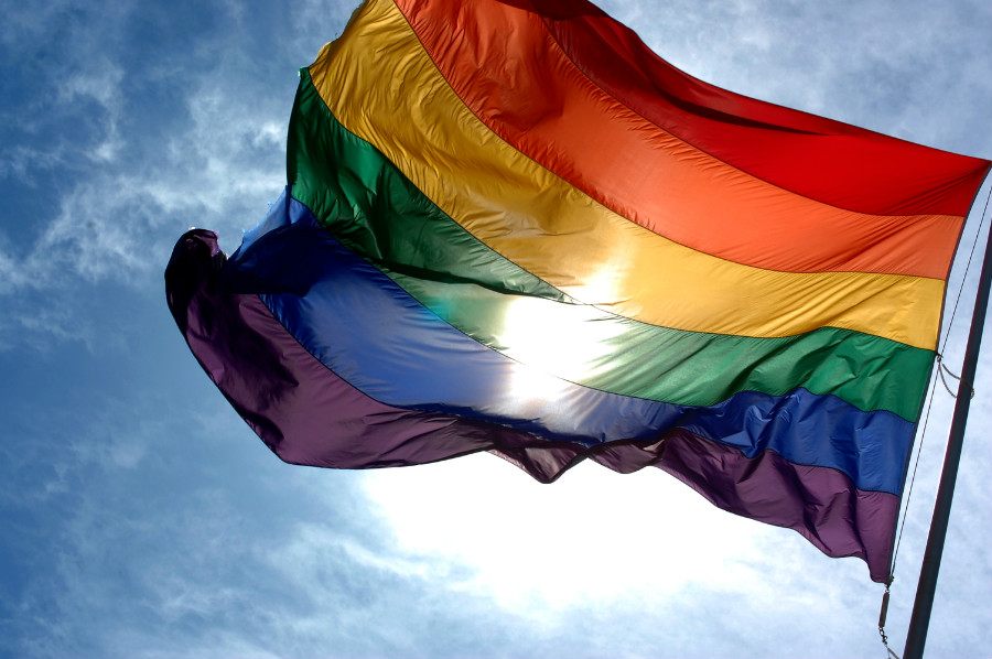tęczowa flaga na błękitnym niebie